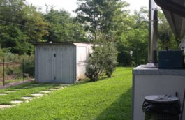 Vista posteriore canile con giardino ricreazione cuccioloni